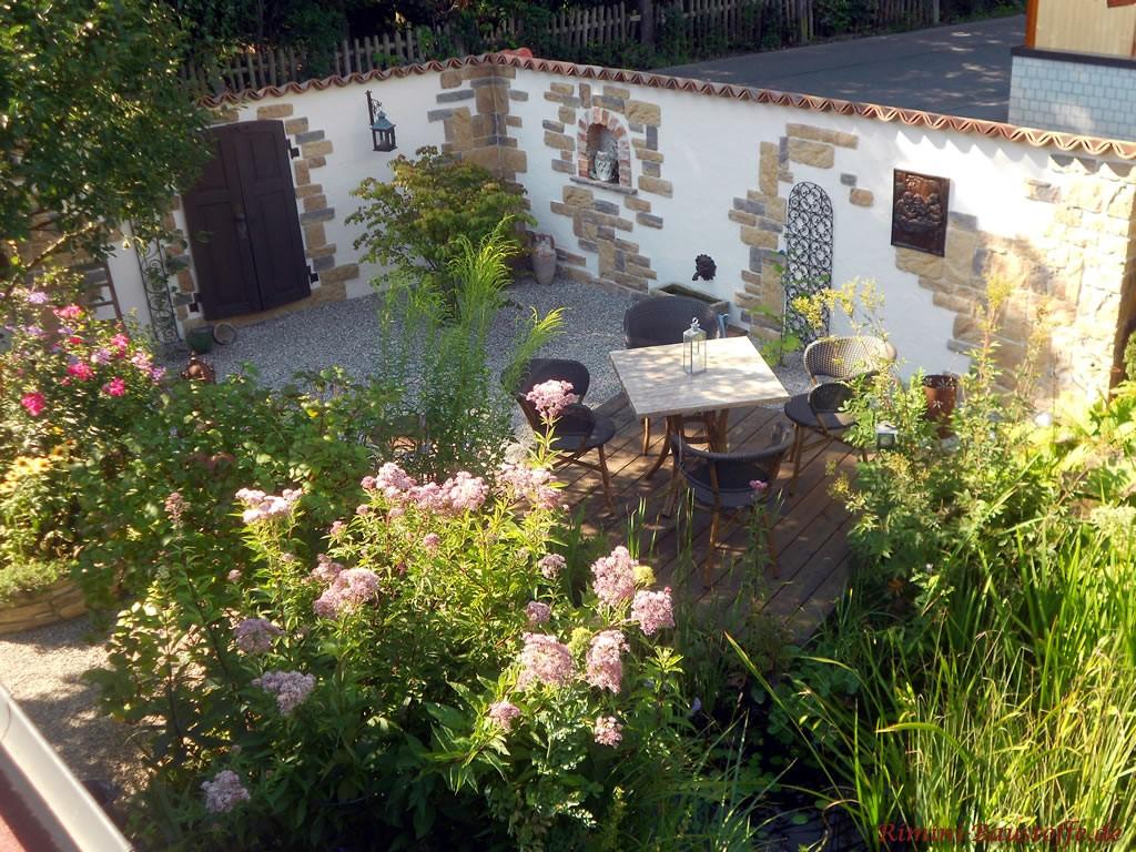Sitzecke mit vielen Pflanzen umgeben