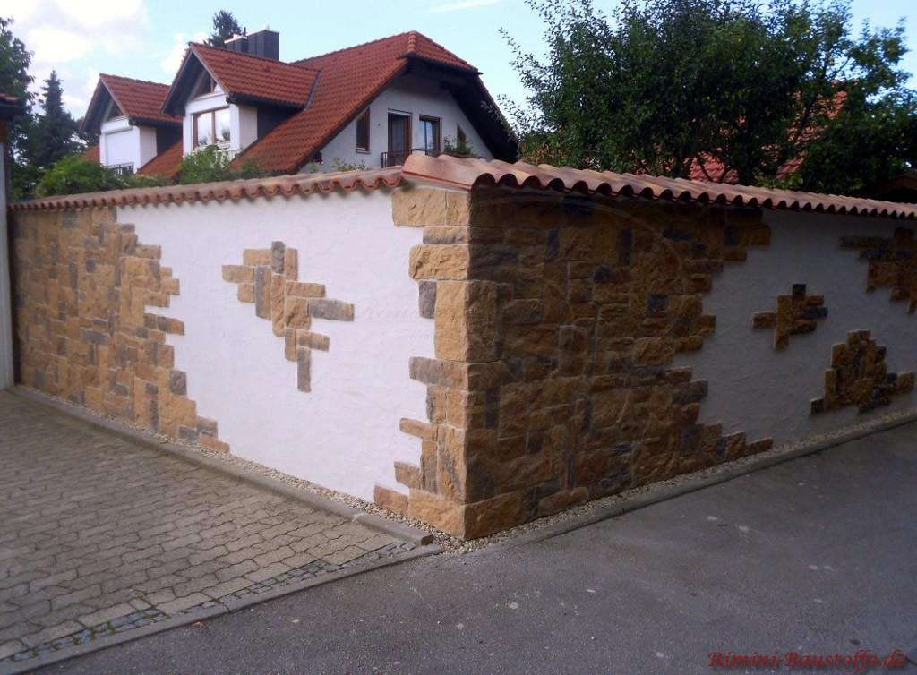 Gartenmauer von außen mit Elementen in Natursteinoptik