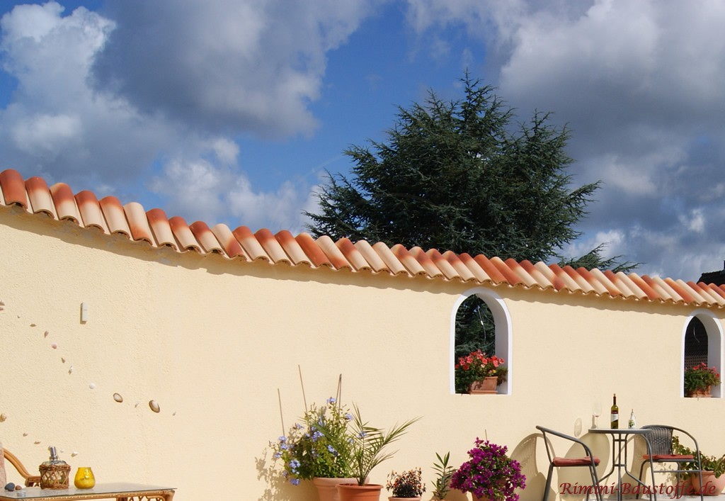 wunderschöne mediterrane Gartenmauer