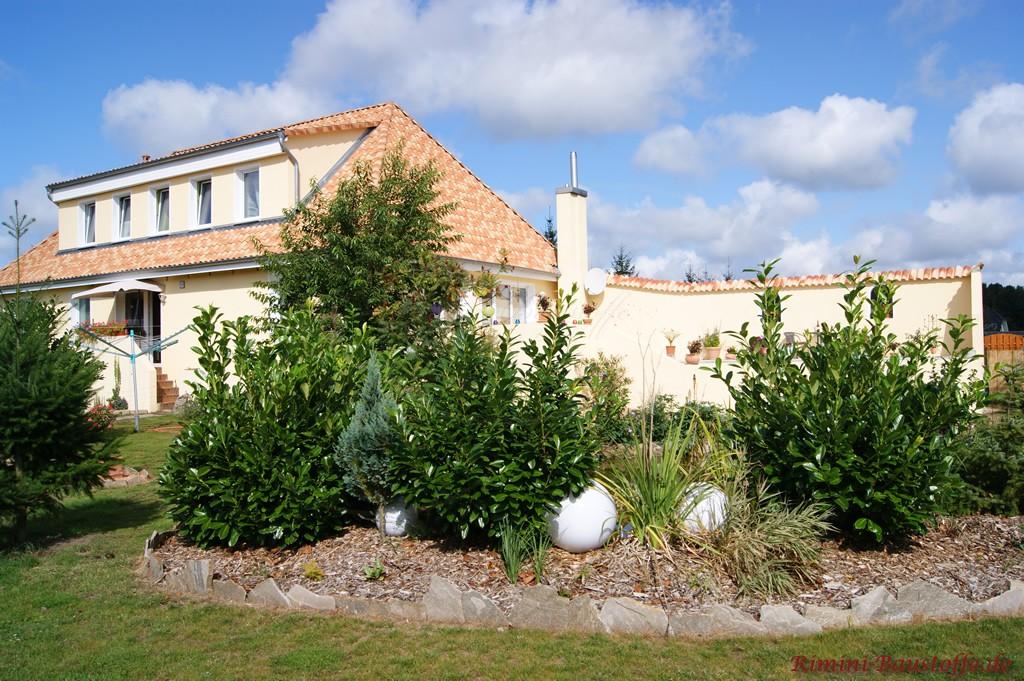 Gartenmauer im selben Farbton gedeckt wie das Dach des Hauses