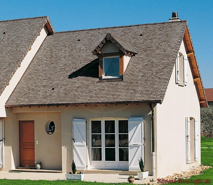 schöne graue Schindeln auf einem Satteldach mit Gaube