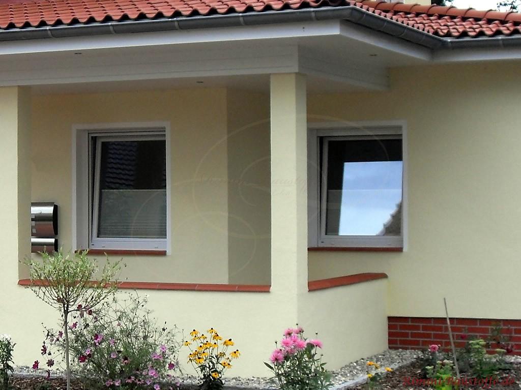 schoene rote Fensterbaenke passend zur Mauerabdeckung und zum Dach