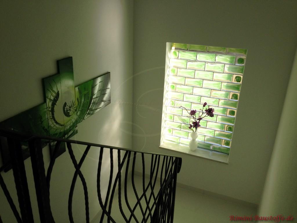 Fenster im Treppenaufgang mit Glaselementen aus Muranoglas gefüllt