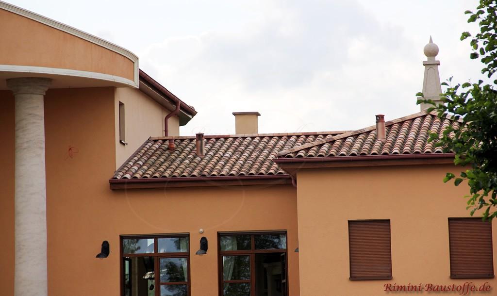sehr schöner großer Dachziegel in Herbstlaubfarben