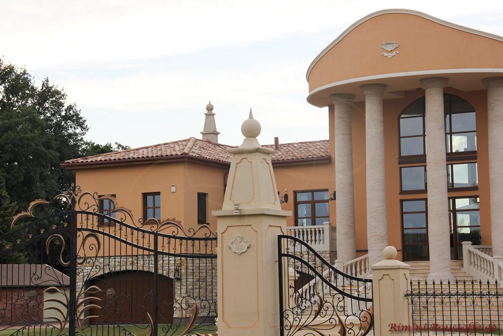sehr schöne ausgefallene Architektur mit großem Eingangsbereich