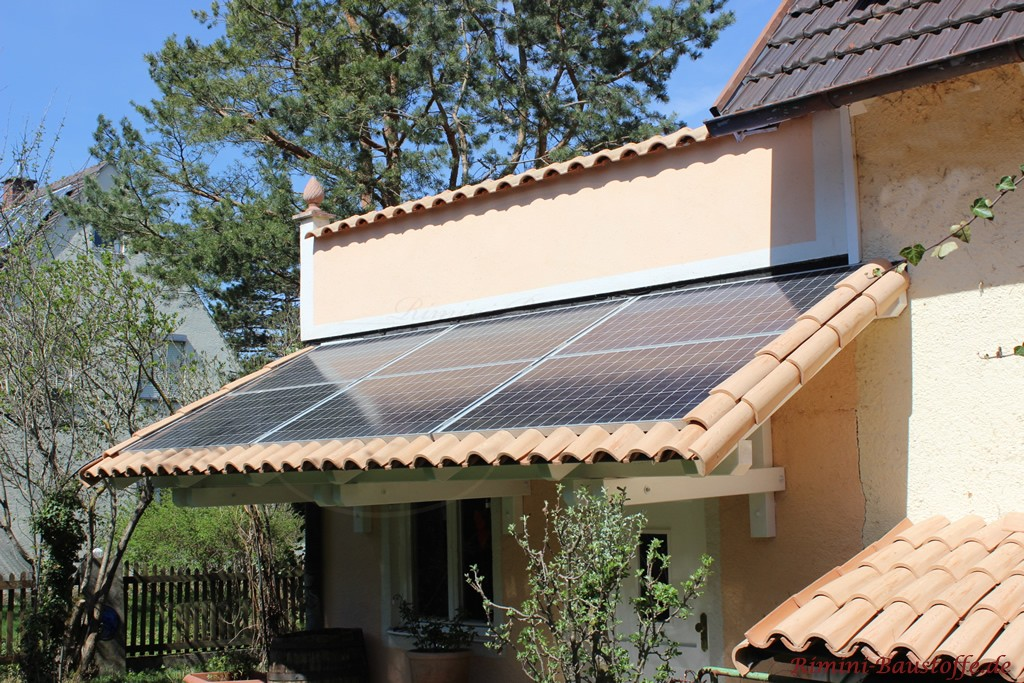 Vordach mit Solaranlage mit Halbschalen gedeckt