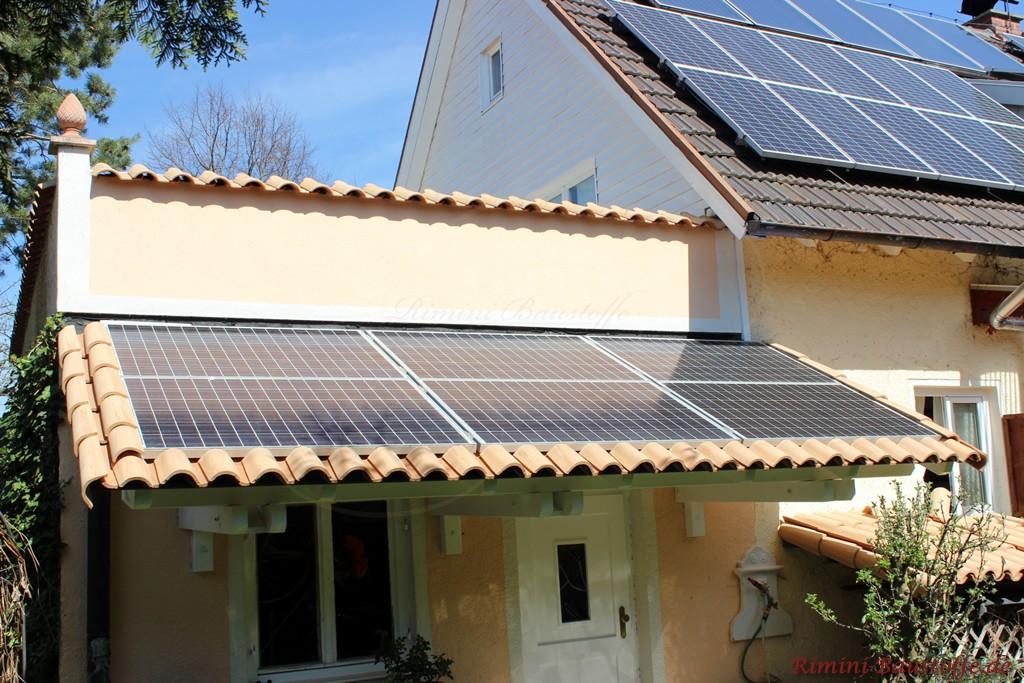 kleine Dächer und Mauern mit Halbschalen gedeckt