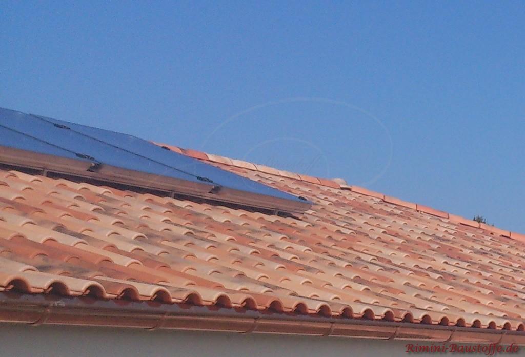 Nahaufnahme des Ziegels mit einer aufgebauten Solaranlage