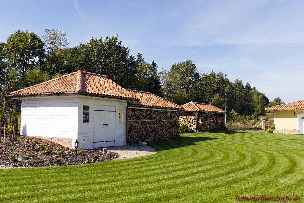 Gartenhaus und Holzüberstände mit romanischen Ziegeln gedeckt