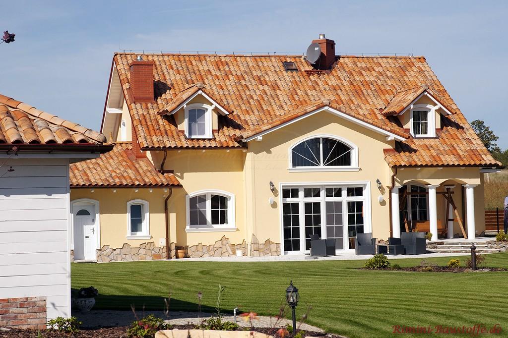 schönes mediterranes Wohnhaus mit großer Terrasse