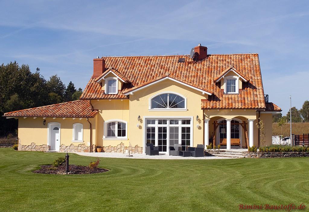 großes Wohnhaus im südländischen Stil