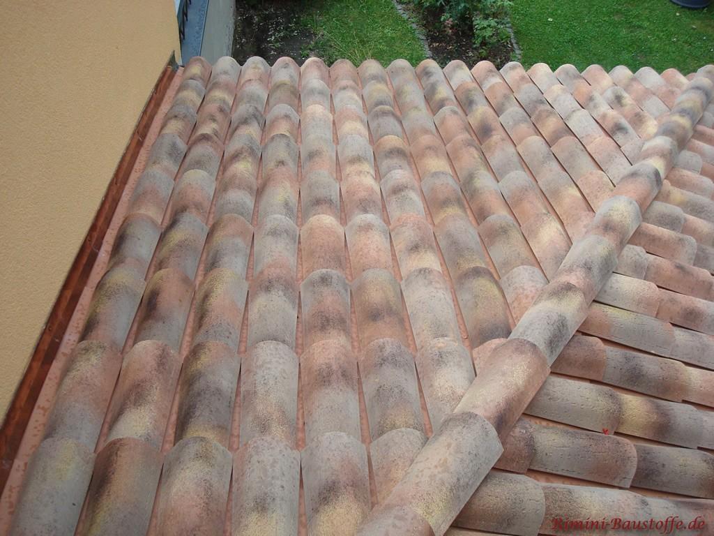 Nahaufnahme der Farbe Assisi auf einem Dach