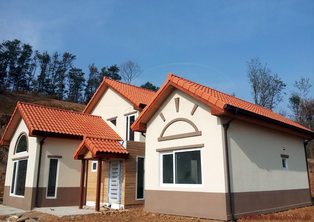 Neubau mit braun-grauem Sockel und schönem roten Dach