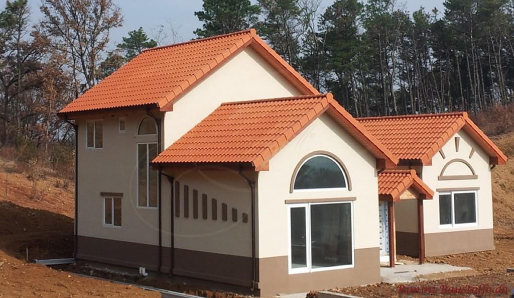 schöner leuchtend roter Dachziegel mit großem Wulst