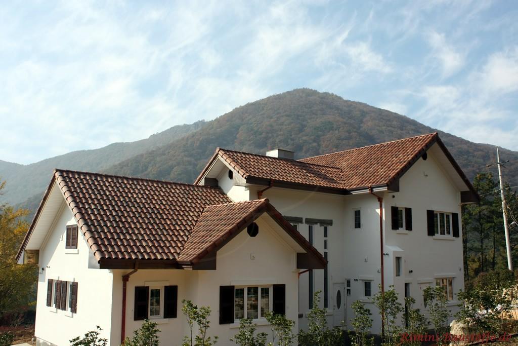 sehr schöner stimmiger Gesamteindruck mit Fensterläden und passender Dachfarbe