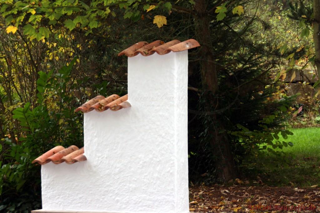 Kleine freistehende Mauer auf drei Ebenen