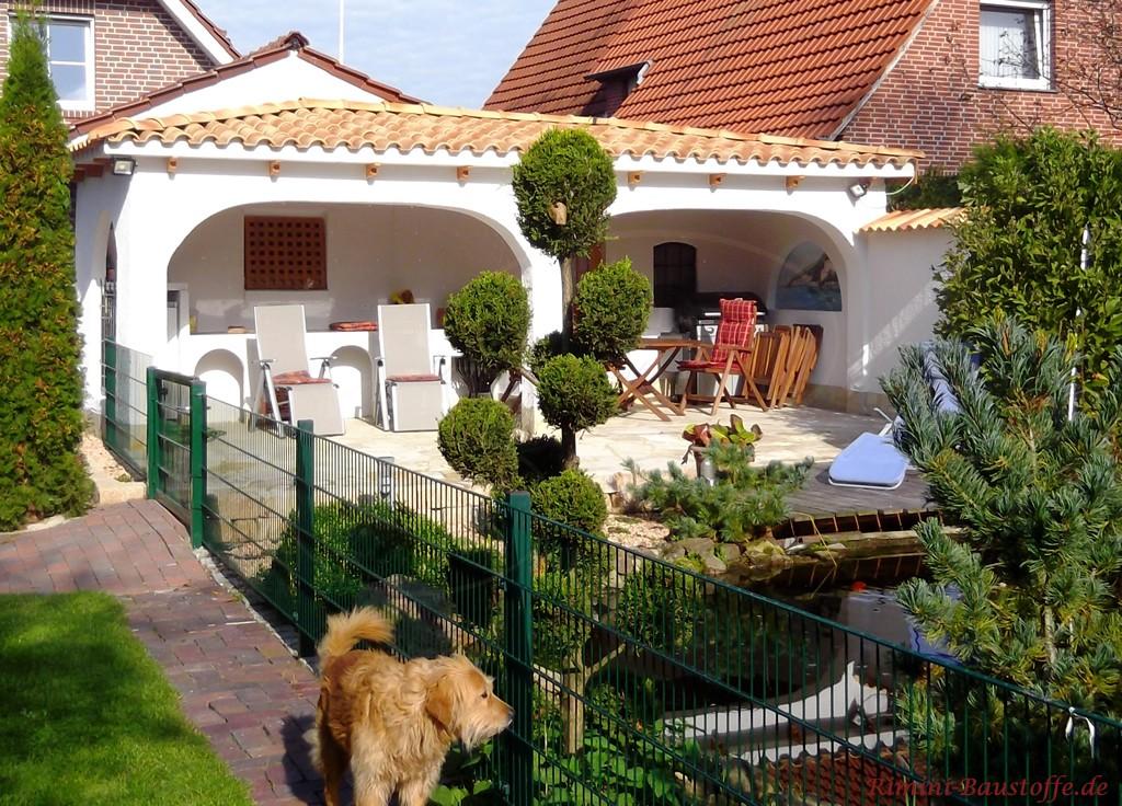 schöner mediterraner Garten mit passender Terrassenabdeckung
