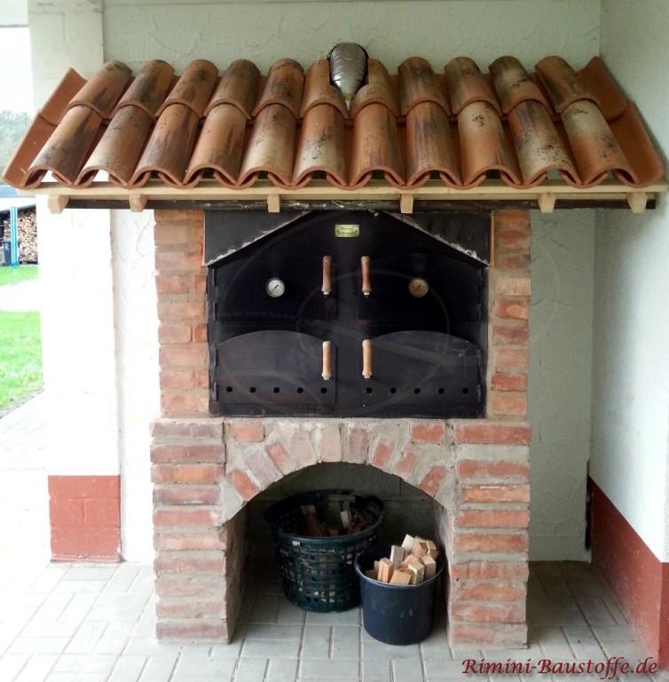 schöner Holzofen gedeckt mit italienischen Mönch Nonne Ziegeln