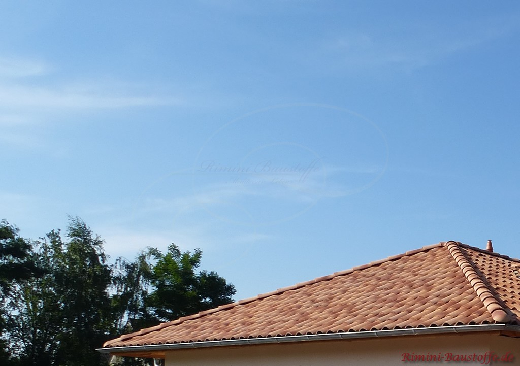 schönes strohgelbes Zeltdach zu einer hellen Putzfassade
