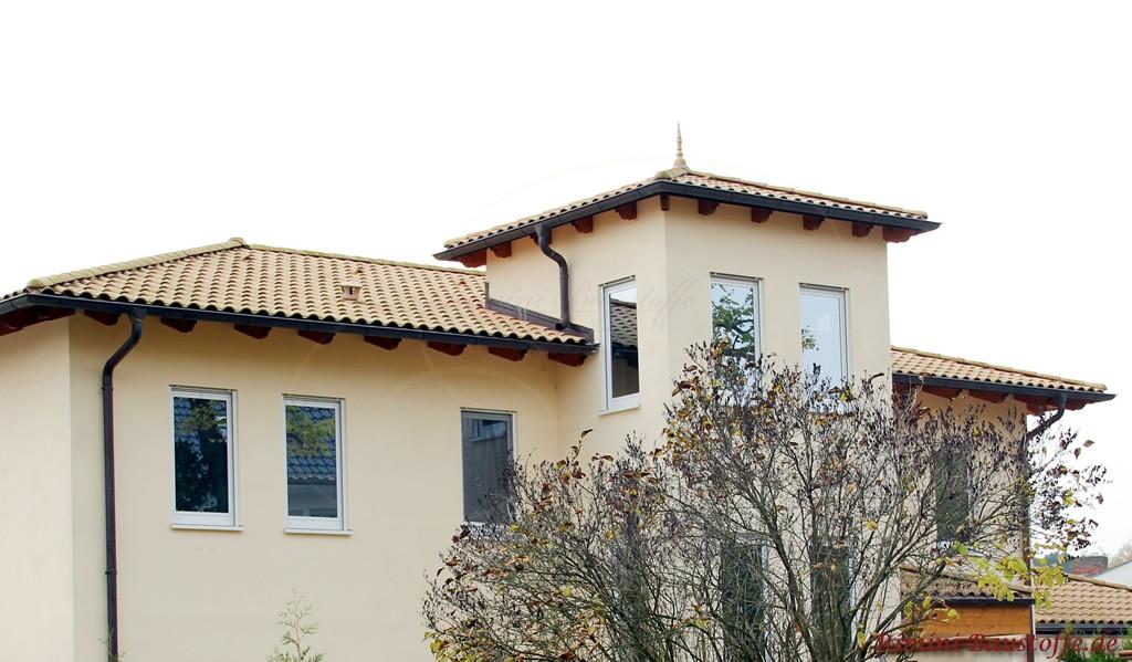 schöner heller Putz kombiniert mit einem hellen beigefarbenen Dach