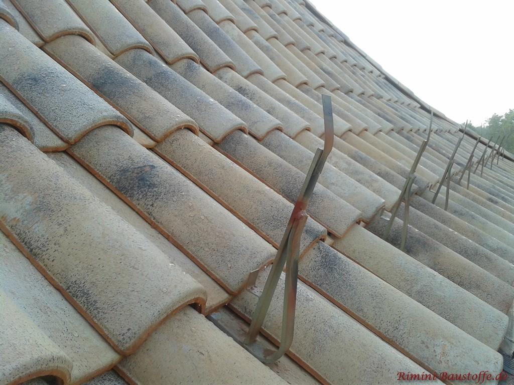 Schneefanghaken in Kombination mit romanischen Dachziegeln