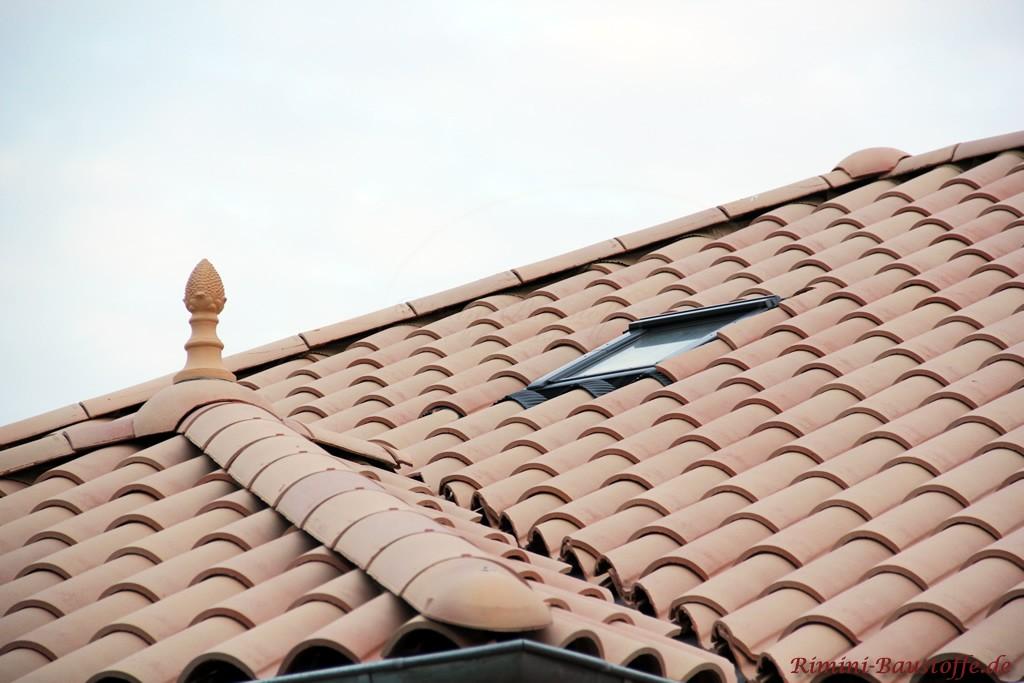 großer romanischer Dachziegel mit großem Wulst