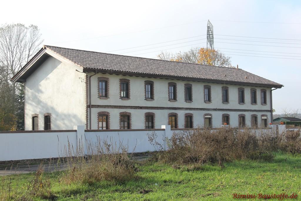 großes altes Gebäude mit neuen Ziegeln in einem Grauton