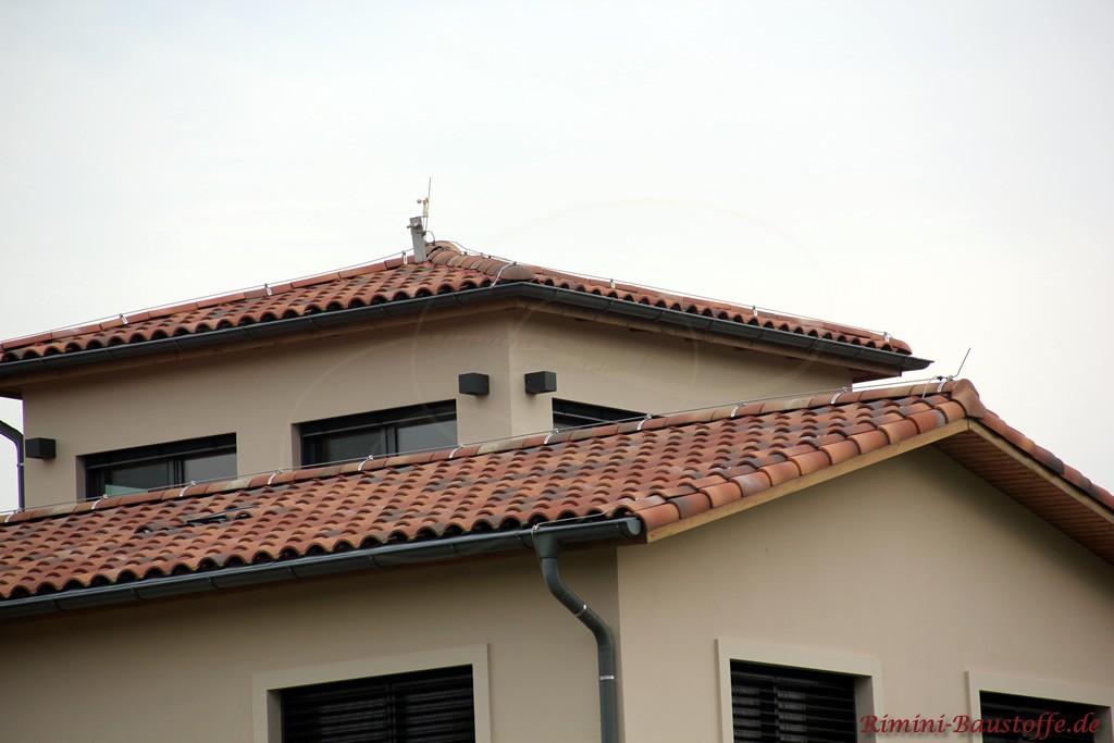 romanischer Dachziegel in verschiedenen Brauntönen