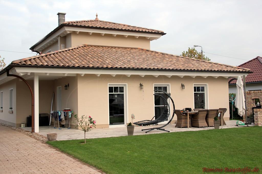 schönes mediterranes Wohnhaus im Bungalowstil mit Turm