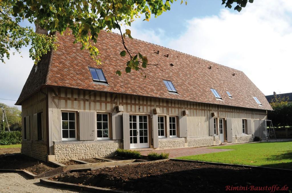 tolles rustikales Gesamtbild durch das Zusammenspiel von Fassade und Dach