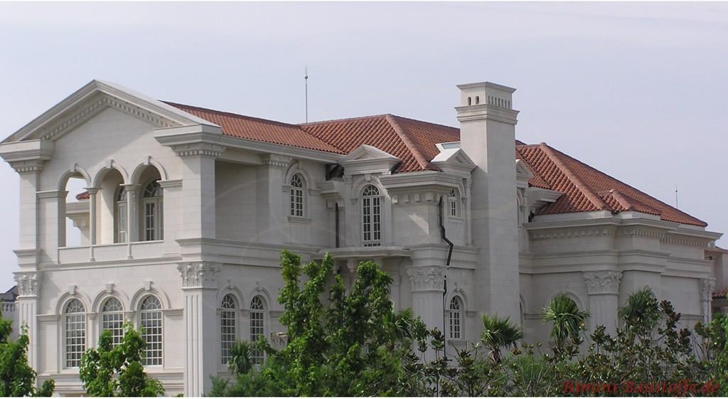 schöner brauner Dachziegel zu einer weissen Betonfassade