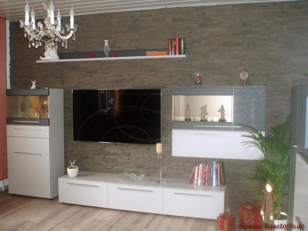 braungraue Wohnzimmerwand mit weissen Möbeln