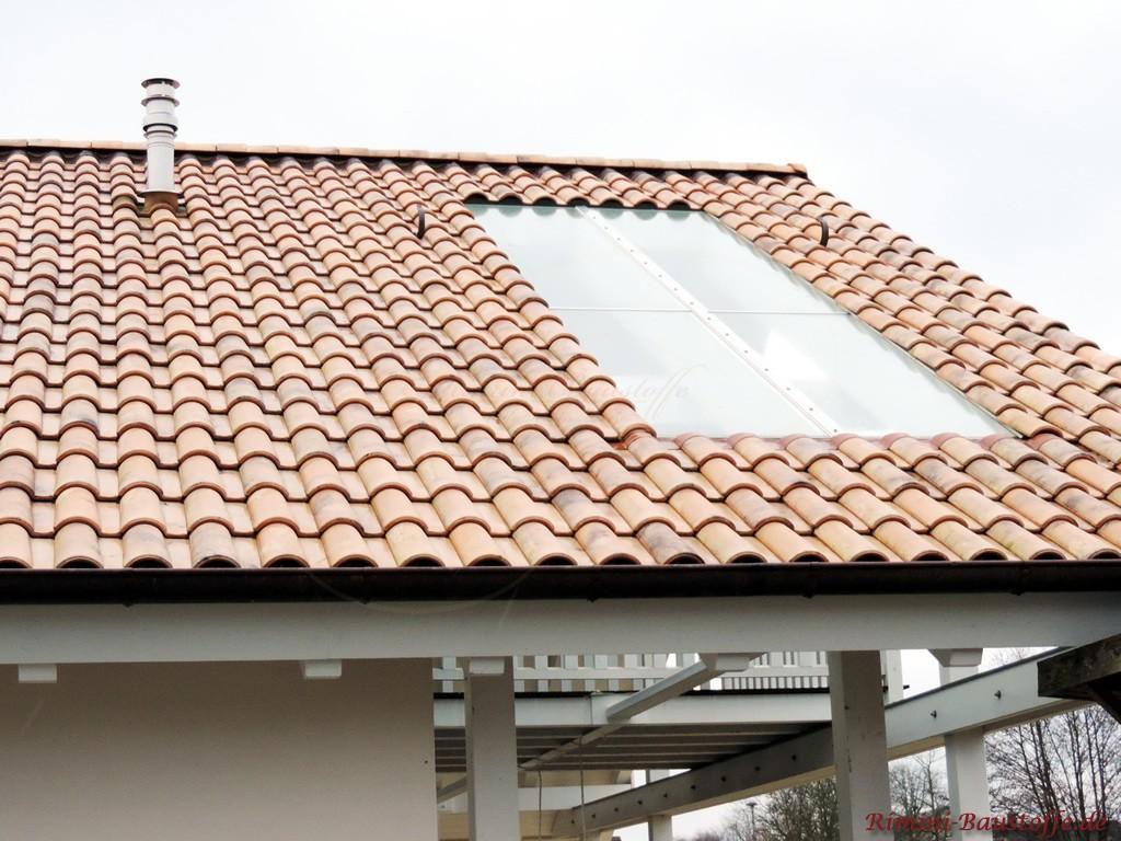 schöne überdachte Terrasse mit großen eingelassenen Lichtplatten