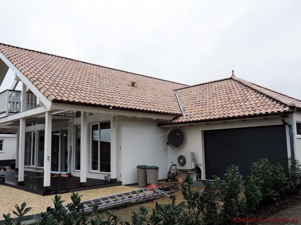 toller braun-grauer Dachziegel, hier bei regnerischen Wetter