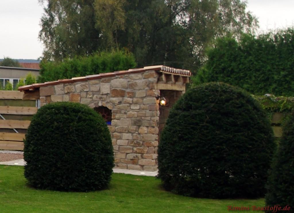 rustikaler Gartenüberstand mit Halbschalen gedeckt