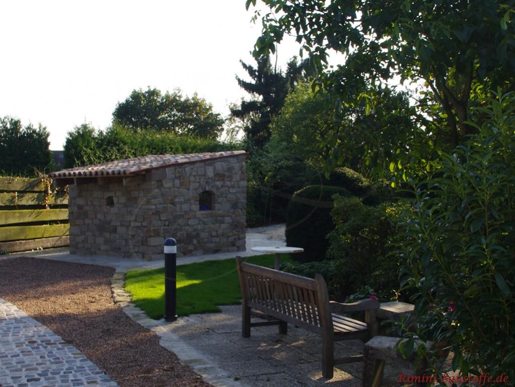 rustikaler Gartenüberstand aus Naturstein