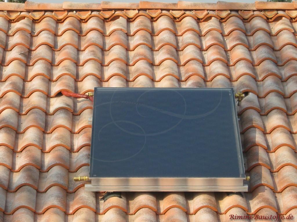 Solaranlage auf einem wulstigen Dachziegel mit Flächenlüftern