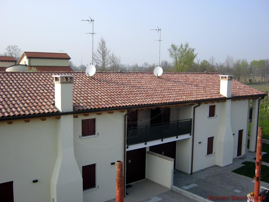 schöner mediterraner Dachziegel zu einer weissen Putzfassade
