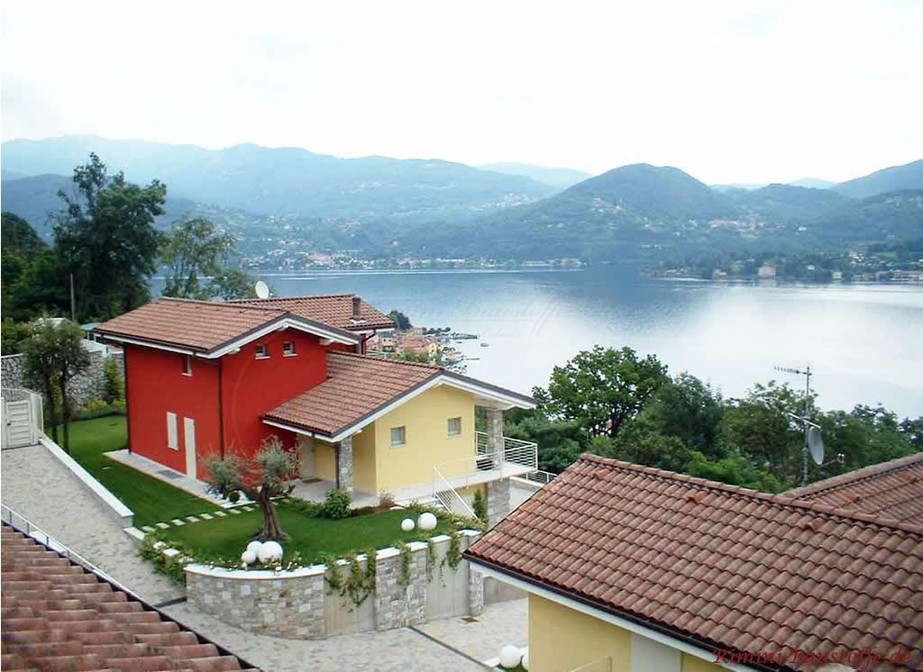 Wohnanlage mit verschiedenfarbigen Putzfassaden und der gleichen Dacheindeckung