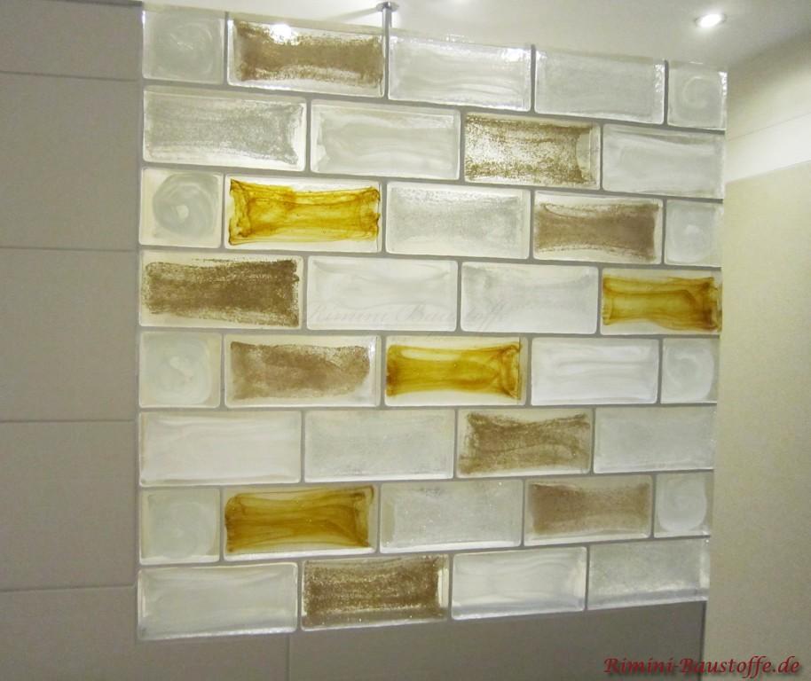 Moderne Duschabtrennung in verschiedenen Farben. Glas im Badezimmer als optisches Highlight