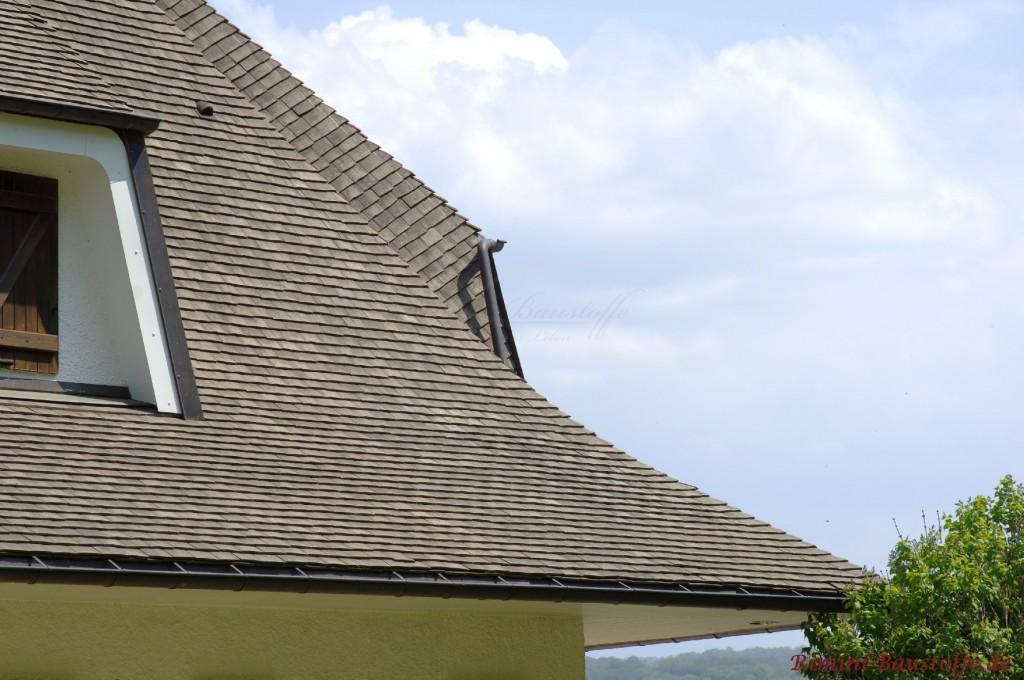 schöne graue Schindeln auf einem Dach mit Gaube