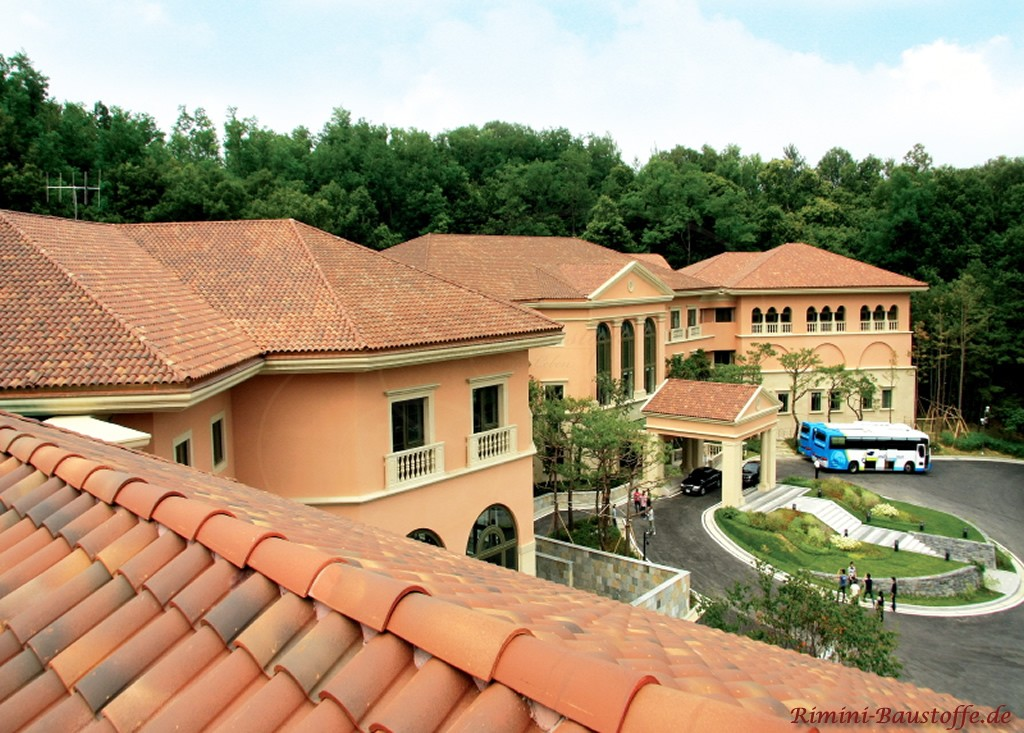 Großprojekt mit romanischem Dachziegel gedeckt