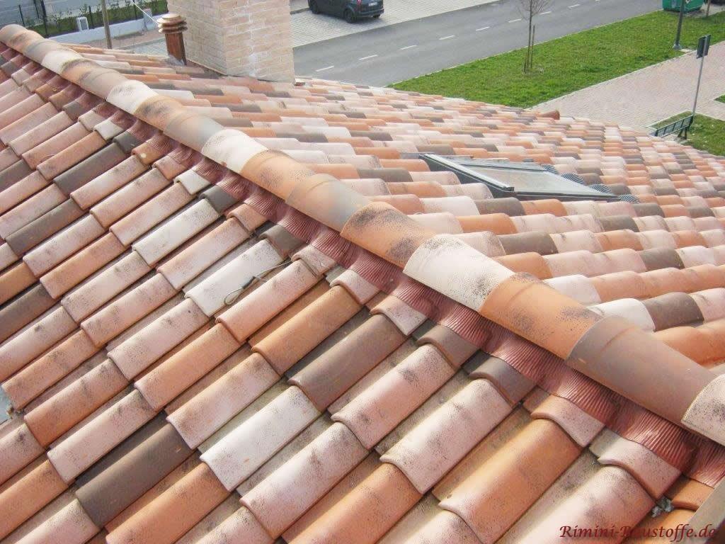 schöner mehrfarbiger Dachziegel auf einem Satteldach
