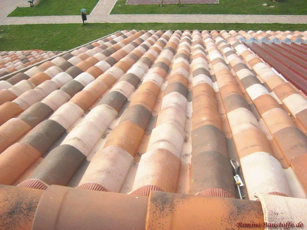 Aufsicht auf ein Satteldach gedeckt mit romanischen Tondachziegeln