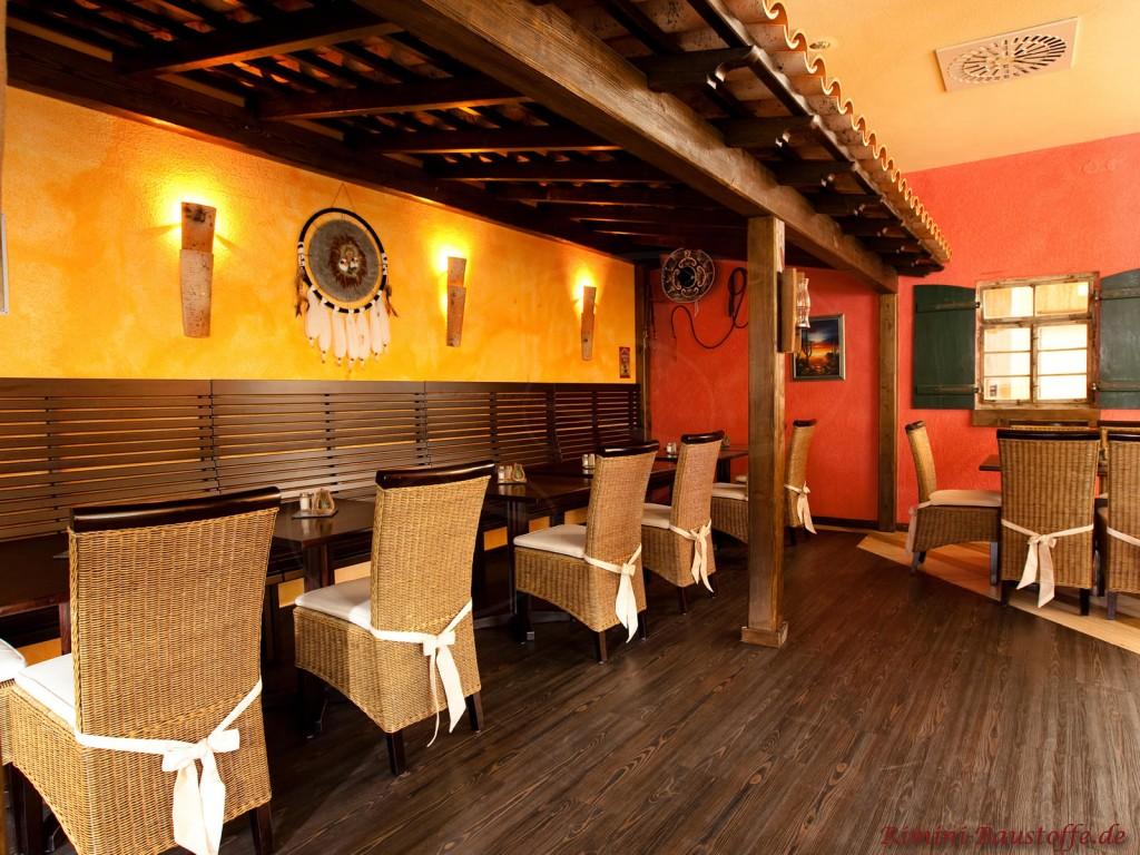 Restaurant mit Mönch Nonne Halbschalen als Überdach im Innenraum