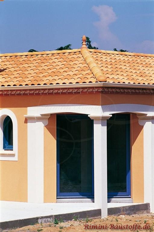 Schöne Fassade mit gescheckten Dachziegeln in rot orang. Zudem weiße Bögen und Faschen