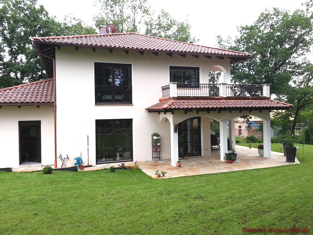 san marco farbe classico toskanavill mit sch ner berdachte terrasse ber eck und balkon im. Black Bedroom Furniture Sets. Home Design Ideas