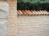 Mit Riemchen verkleidete Wand und Ziegeln als Mauerabdeckung
