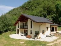 Haus im Hüttenstil mit schwarzen Dachziegeln