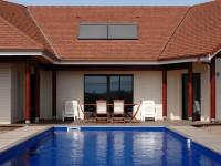 Hausansicht im Innenhof mit Schwimmbecken